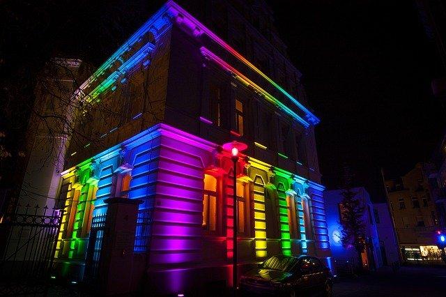 osvětlená budova
