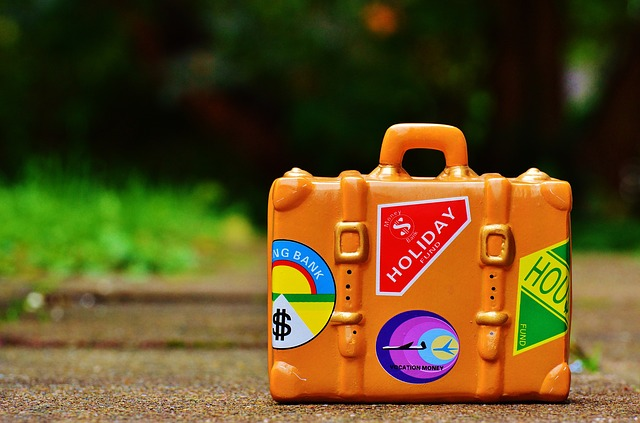 kufr s nálepkami