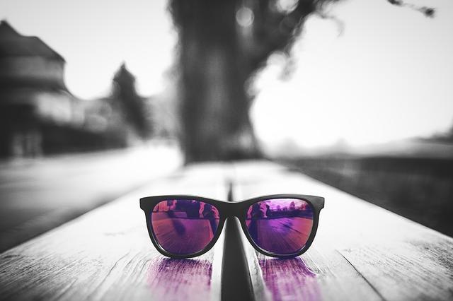 brýle na stole