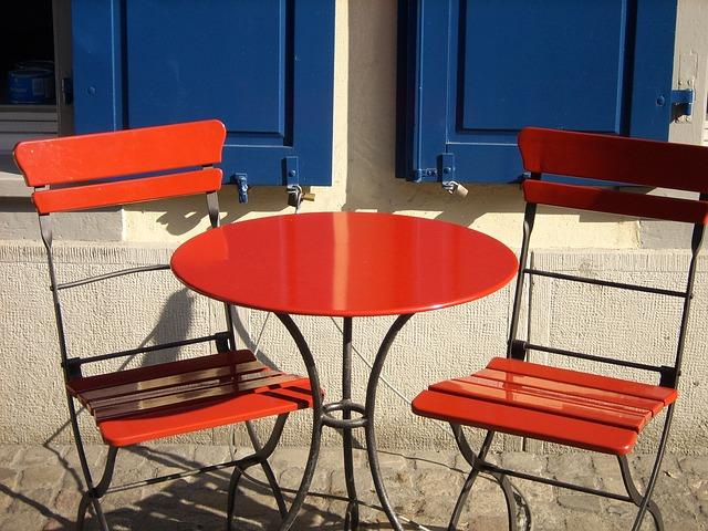 červené židle se stolem