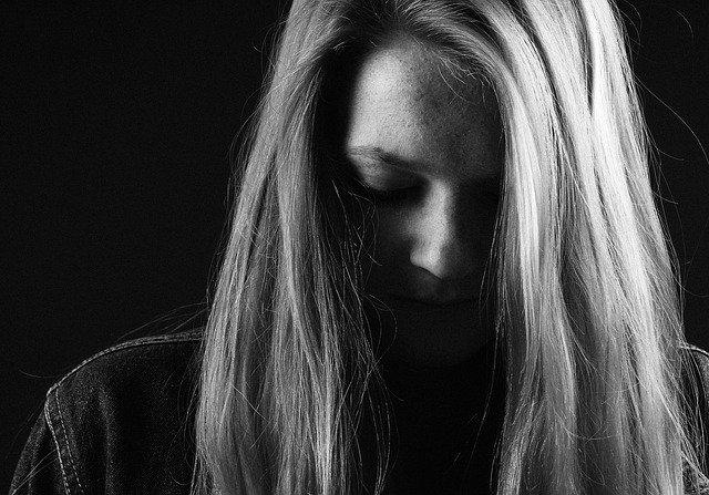 dievča a smútok