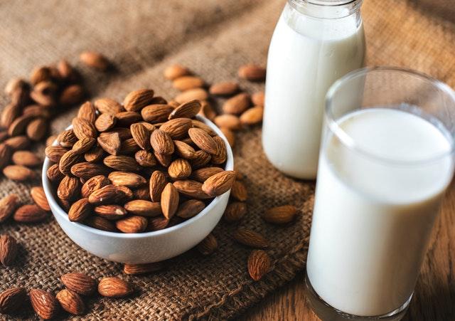 Oriešky v miske, pohár s mliekom, bielkoviny.jpg