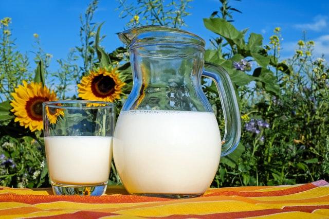 Pohár s mliekom, príroda, zdravý životnný štýl.jpg