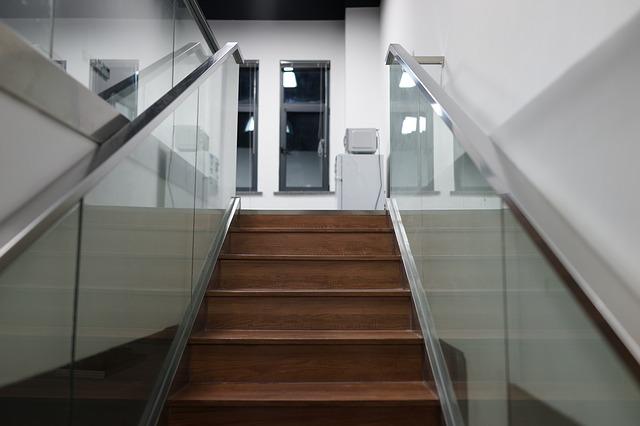 Drevené schody, pevné zábradlie, sklo