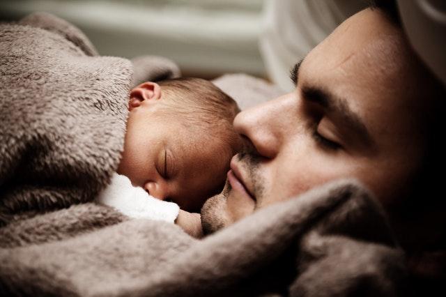 Dieťa spí na otcovi